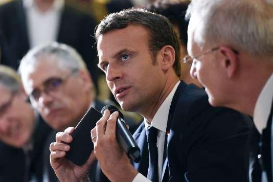 Emmanuel Macron s'entretient au téléphone avec l'astronaute Thomas Pesquet, quelques minutes après son retour sur Terre le 2 juin.