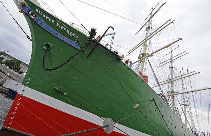 Des touristes visitent le bateau-musée «Rickmer Rickmers», ancienne propriété de l'armateur Rickmers,dans le port de Hambourg en 2010