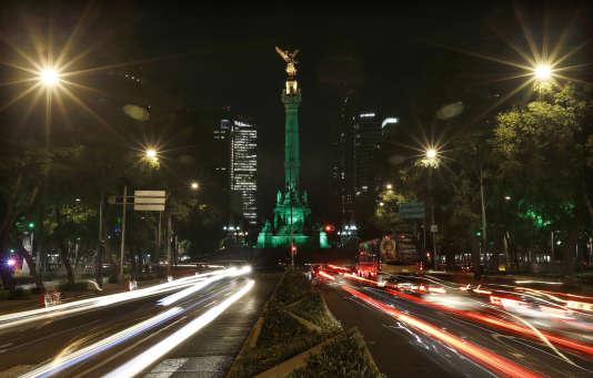 L'Ange de l'indépendance, un monument de Mexico s'éclaire de vert pour protester contre la décision des Etats-Unis de se retirer de l'accord de Paris, le 1er juin.