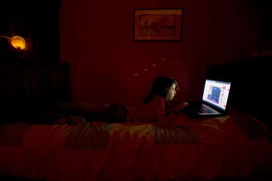 En sixième, les collégiens français passent en moyenne six heures devant un écran (télévision, smartphone, ordinateur).
