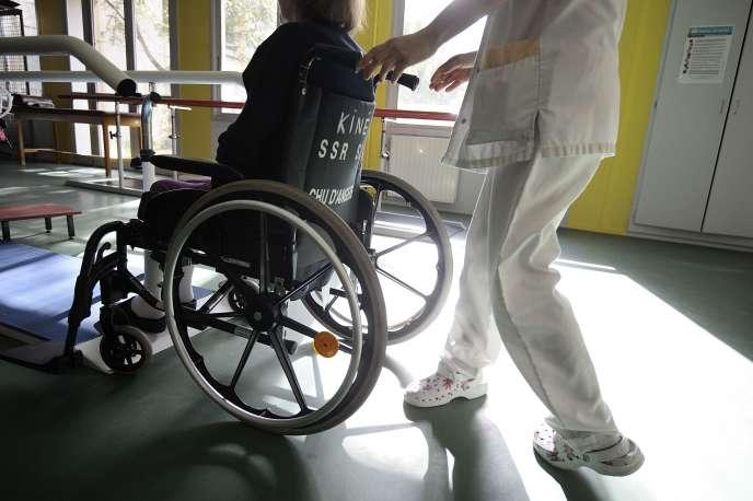 «On se retrouve avec des services hospitaliers, surtout en gériatrie et en SSR (toutes disciplines confondues), dans lesquels il manque des praticiens hospitaliers, des médecins étrangers, et pour lesquels on retire progressivement les internes.» (Photo: CHU d'Angers, en 2013).