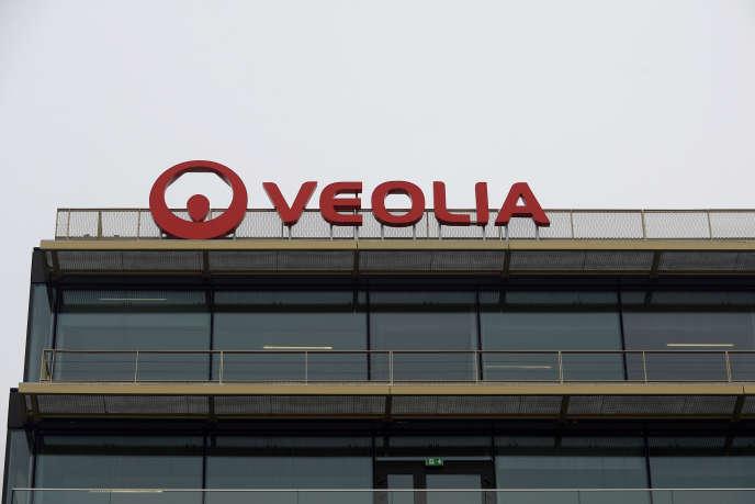Apa Nova, dont 73% des actions sont détenues par Veolia, a signé en 2000 deux contrats de concession sur l'approvisionnement en eau de Bucarest et de Ploiesti pour une période de vingt-cinq ans.