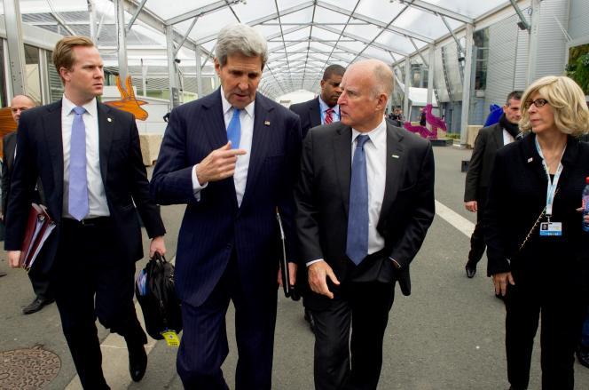 John Kerry, secrétaire d'Etat américain (à g.) avec le gouverneur de Californie Jerry Brown, pendant la conférence sur le climat, au Bourget le 8 décembre 2015.