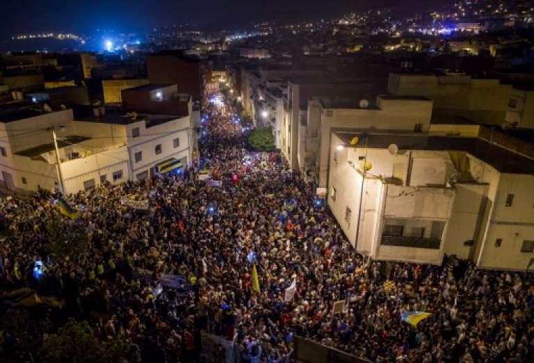 Des centaines de personnes manifestent dans les rues d'Al-Hoceima, dans le Rif, le 31 mai 2017.