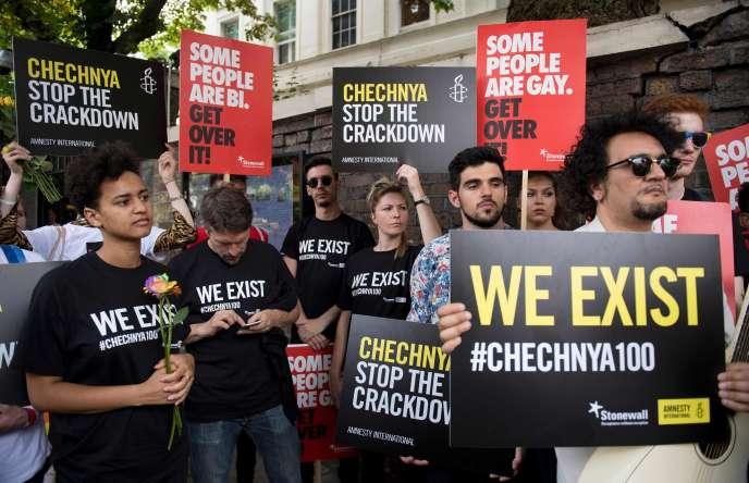 Des manifestants rassemblés devant l'ambassade de Russie à Londres, le 2 juin, dénoncent les persécutions faites auxhomosexuels enTchétchénie.
