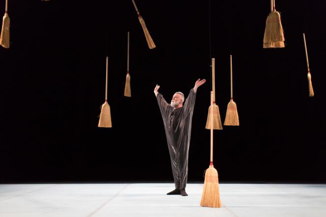 Dans «Littéral», Daniel Larrieu accroche soixante balais dans une invraisemblable spirale.