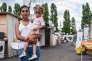 Anna Maria, 21 ans, et sa fille de deux ans Alesia à Bobigny. Elles vivent toutes les deux dans une petite roulotte.