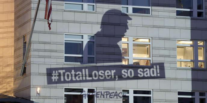Projetée sur la façade de l'ambassade des Etats-Unis à Berlin, vendredi 2 juin, une bannière de Greenpeace montre Donald Trump avec pour slogan «#TotalLoser, so sad!»,après son discours, jeudi 1er juin, annonçant le retrait de son pays de l'accord de lutte contre le réchauffement climatique conclu à Paris en 2015.