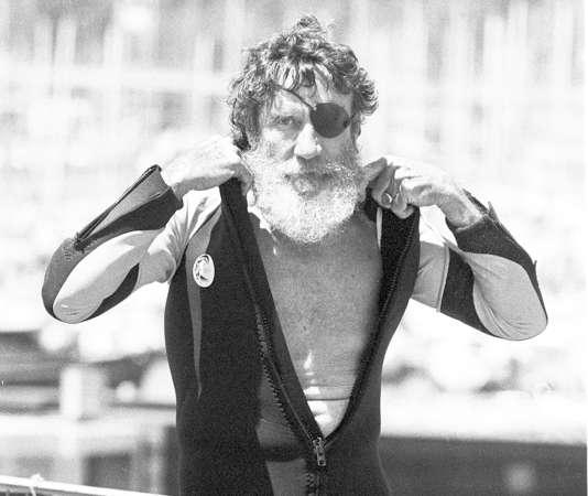 Jack O'Neill estconnu pour le developpement et le perfectionnement des combinaisons qui permettent aux surfeurs de rester plus longtemps dans l'eau froide.