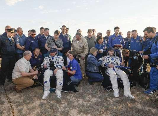 Les astronautes Thomas Pesquet etOleg Novitski après leur atterrissage dans la steppe kazakhe, le 2 juin.