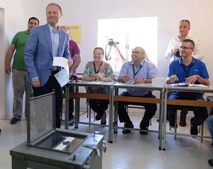 Le premier ministre maltais, Joseph Muscat, lors de son vote pour les élections législatives, samedi 3 juin.