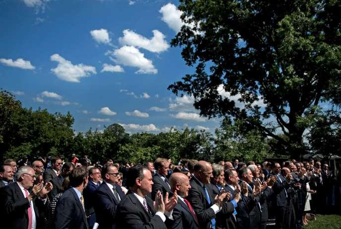 « Cette volte-face sur le climat fournit à l'Europe une occasion inespérée de relancer son projet politique, en panne depuis plusieurs années» (Photo: Trump est applaudi lors de son annonce du retrait des Etat-Unis de l'Accord de Paris, le 1er juin à Washington).