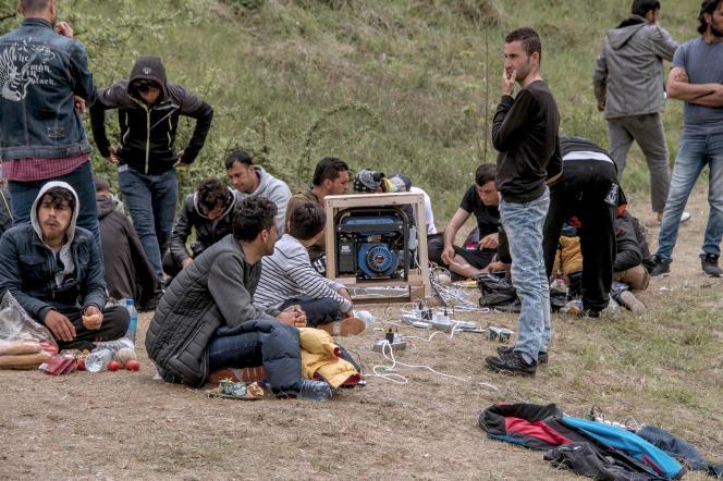 Des migrants à Grande-Synthe attendent de pouvoir gagner l'Angleterre.