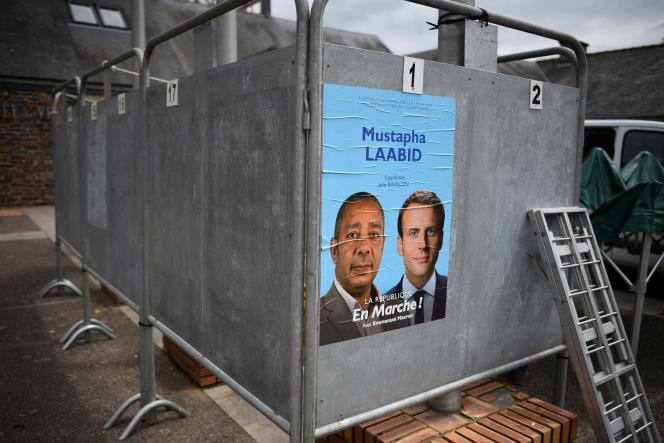 Affiche du candidat de La République en marche, à Bruz (Ille-et-Vilaine), le 30 mai.