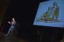 Jeff Koons lors de sa conférence inaugurale. Sur l'écran, sa sculpture «Michael Jackson and Bubbles».