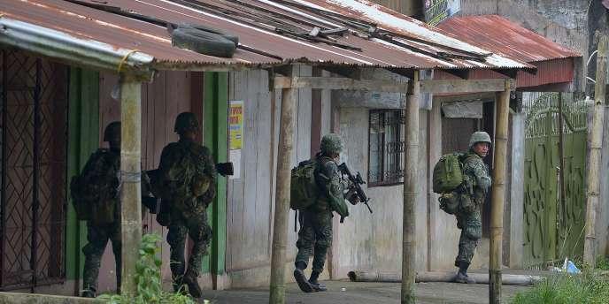 Selon l'adjoint au ministre philippin de la défense, Ricardo David, l'armée continueà mener des «frappes chirurgicales» sur l'île de Mindanao, tout en poursuivant les opérations de sauvetage des civils. La loi martiale a été déclarée dans toute l'île.