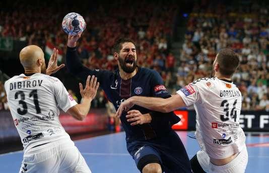 Nikola Karabatic pris en tenaille lors de la finale de Ligue des champions, le 4 juin à Cologne.