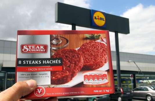 L'enquête avait permis de remonter jusqu'à des steaks hachés surgelés, commercialisés sous la marque « Steak Country », fournis à l'enseigne de distribution Lidl par la société SEB. / AFP / FRANCOIS NASCIMBENI