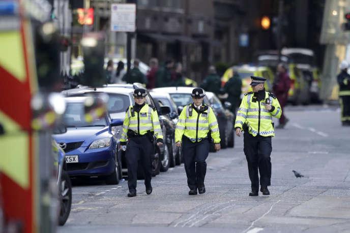 Des policiers britannique sur le London Bridge, dimanche 4 juin.