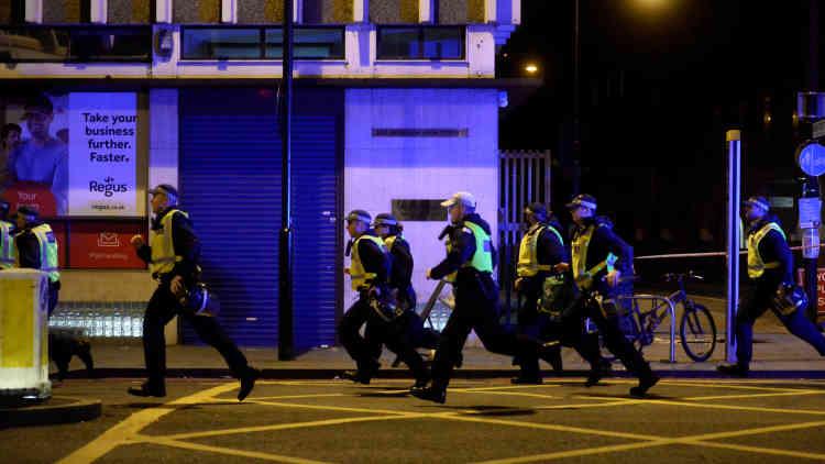 Les trois assaillants, qui portaient de fausses ceintures explosives, ont été abattus par les policiers.