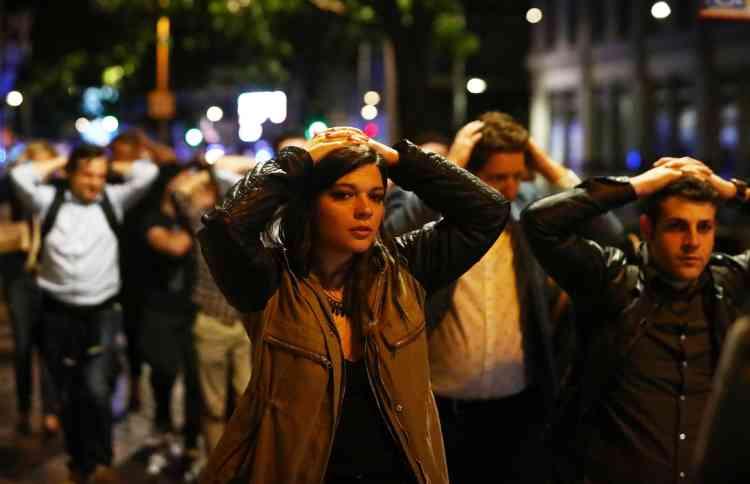Le quartier de London Bridge a vu des groupes entiers de passants défiler mains en l'air pour être contrôlés par les forces de l'ordre, munies de boucliers et accompagnées de chiens.