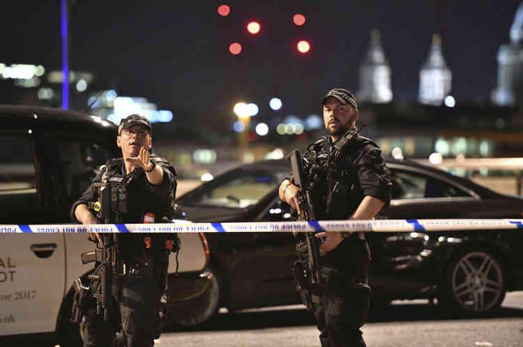 La police de Londres est intervenue à 22h08 sur le London Bridge, après l'attentat.«Des policiers armés ont répliqué et des coups ont été tirés», a expliqué la police sur Twitter.