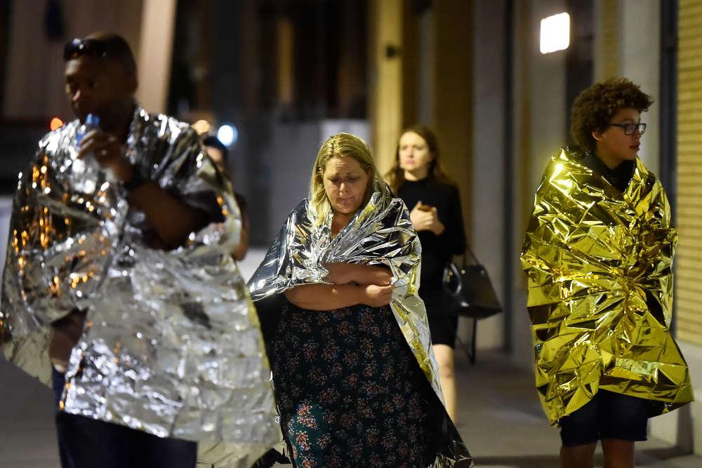 Les services d'urgence appellent les Londoniens à ne les contacter qu'en cas d'urgence extrême, afin de pouvoir concentrer leurs efforts sur les victimes des attentats.