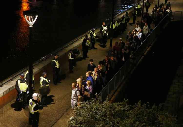 Trois stations de métro ont été fermées dans les environs du London Bridge. La police a recommandé aux habitants d'éviter de sortir de chez eux.