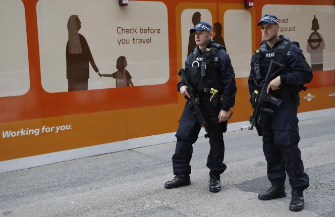 Des officiers de police patrouillent à Londres, dimanche 4 juin.