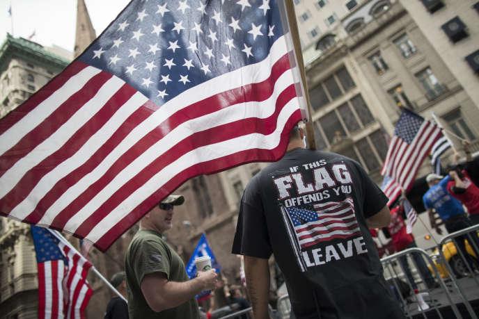 Des militants montrent leur soutien aux mesures protectionnistes de Donald Trump, à New York le 3 juin.