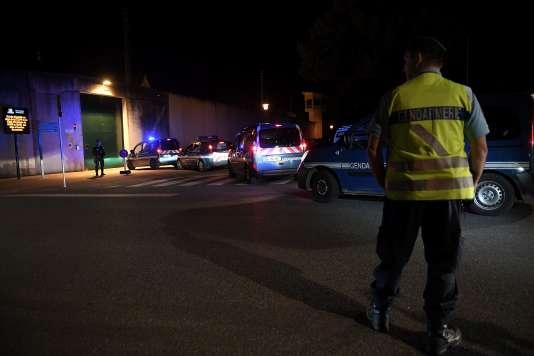Les gendarmes sécurisent la zone autour de la prison d'Ensisheim lors d'une prise d'otage, le 4juin.