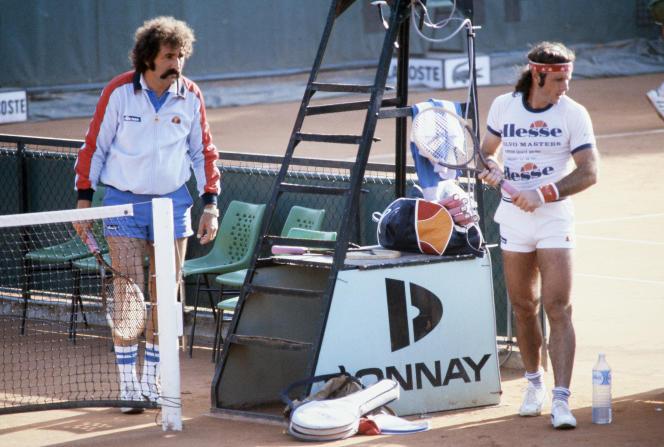 L'ArgentinGuillermo Vilas au côté de son entraîneur Ion Tiriac en juin 1982 lors d'un entraînement à Roland-Garros.