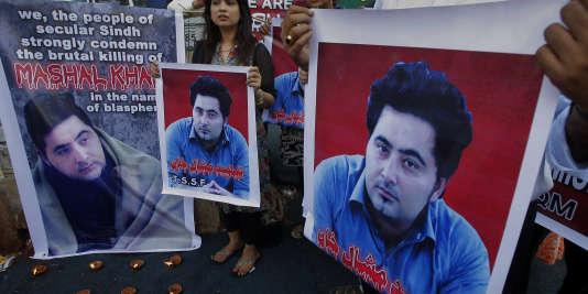 Des portraits de Mashal Khan brandis par des manifestants, à Karachi le 22 avril. (AP Photo/Fareed Khan, File)