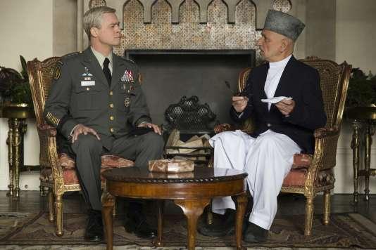 Le général McMahon (Brad Pitt) et le président Hamid Karzaï (Ben Kingsley ) dans un face-à-face caricatural.