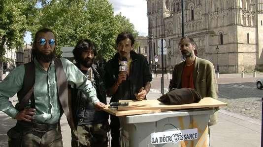Les candidats de la décroissance, représentant des «exclus de la rue», Vishnu, Ayonn, Adrien et Alex, lors de leur première déclaration publique, à Bordeaux, le 12 mai.