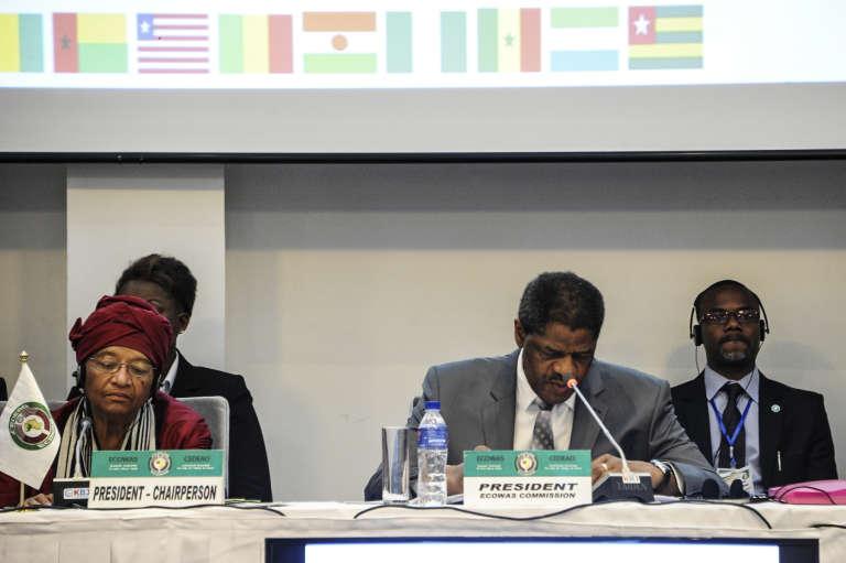 La Libérienne Ellen Johnson Sirleaf, présidente sortante de la Communauté économique des Etats d'Afrique de l'Ouest et son successeur, le président togolais Faure Gnassingbé, le 3 juin 2017, lors du sommet de l'organisation régionaleà Monrovia.