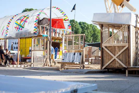 Installé sur la friche Miko au bord du canal de l'Ourcq et animé par l'association d'architectes Ballastock, le MobiLab propose des activités d'autofabrication (bricolage, construction, et création) à partir du réemploi de matériaux.