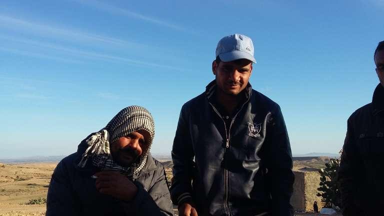 Coiffé d'une casquette, le jeune berger Khalifa Soltani, du village de Slatnya, au pied des monts Mghilla, a été retrouvé égorgé le 3 juin 2017, assassiné par un groupuscule se réclamant de l'Etat islamique.