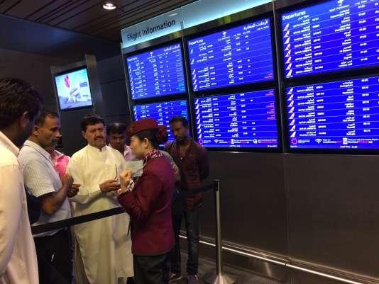 A l'aéroport de Doha, les passagers d'un vol annulé.