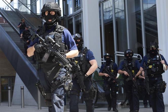 Des policiers lourdement armés patrouillent dans le quartier de London Bridge, à Londres le 4 juin.