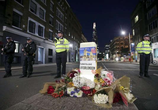Des agents des forces de sécurité, à Londres, dimanche 4 juin 2017, après l'attentat survenu la veille.