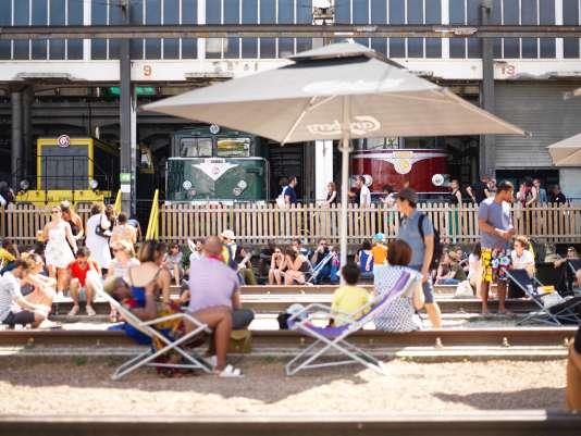 Désaffecté depuis 2013, le dépôt Chapelle de la SNCF, dans le 18e à Paris, s'est transformé de mai à octobre 2016 en un lieu alternatif, baptisé «Grand Train», alliant un musée éphémère (avec l'exposition de 25 locomotives) et divers bars restaurants, une petite salle de cinéma, un marché en circuit court, une salle de jeu pour enfant, un terrain de pétanque, des transats au soleil…