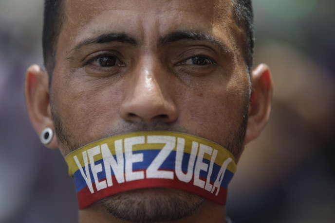 Un manifestant à Caracas, lundi 5 juin.