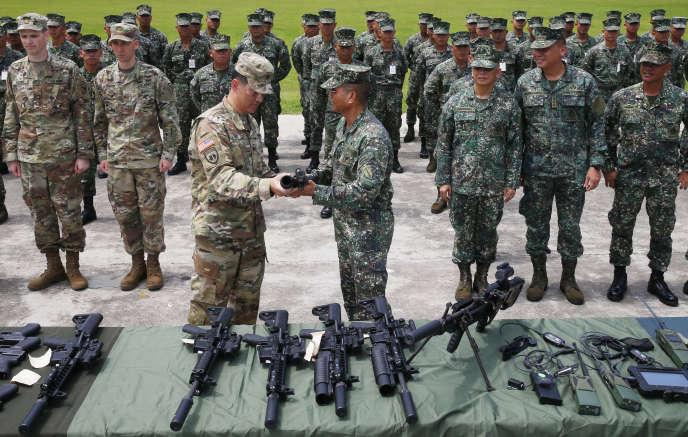 Au cours d'une cérémonie entre responsables militaires américains et philippins, des centaines de mitrailleuses, de fusils d'assaut et de lance-grenades ont été donnés par Washington à Manille.