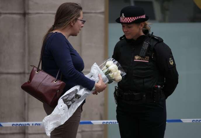 Des passants viennent déposer des fleurs dans la zone sécurisée du London Bridge, le 4 juin.