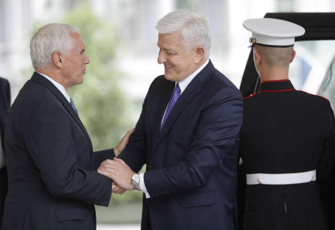 Le vice-président américain Mike Pence et le premier ministre du Monténégro Dusko Markovic, à Washington le 5 juin.