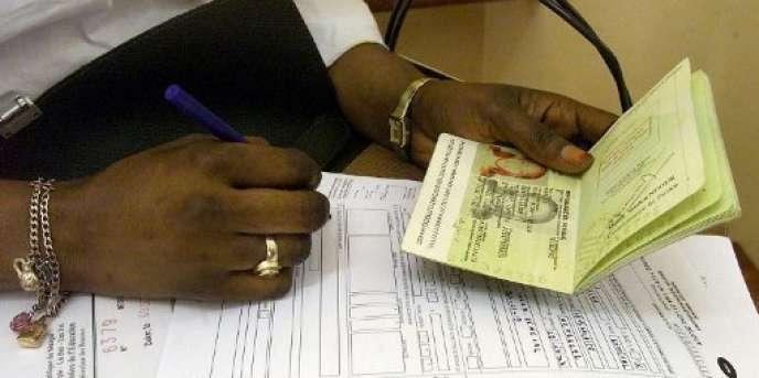 Une Sénégalaise remplit sa demande de visa au consulat de France à Dakar, en décembre 2003.