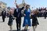 Joseph Muscat, sa femme Michelle et leurs deux filles saluent la foule, avant la cérémonie de prestation de serment de M. Muscat en tant que premier ministre de Malte, au palais du grand maître, à La Valette, le 5 juin.
