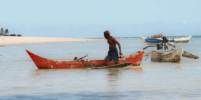 Un pêcheur comorien à bord de son kwassa-kwassa, à une quarantaine de kilomètres de Moroni.