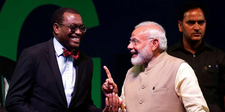 Le président de la Banque africaine de développement (BAD), le Nigérian Akinwumi Adesina et le premier ministre indien Narendra Modi lors du sommet annuel de la BAD à Ahmedabad, en Inde, le 23 mai 2017.